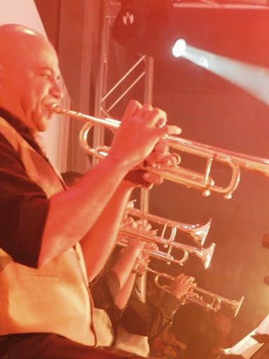 Trompetistas de la orquesta latino caribeña simón bolívar durante la presentación en la ciudad de mérida