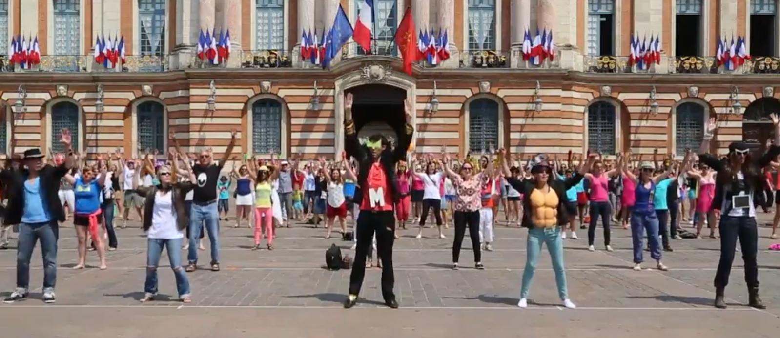 Mojo géant sur la place du Capitole de Toulouse