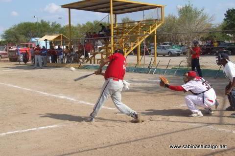 Lauro Treviño bateando por Rayos en el softbol sabatino