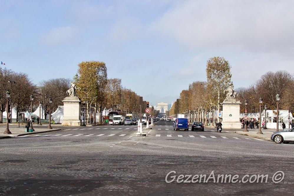 Champs Elysees caddesi ve caddeyi bekleyen iki at heykeli, Paris