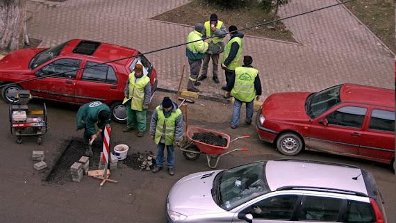 Sapte muncitori astupa o groapa in Suceava