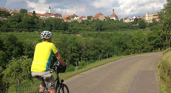Chris on the Bike vor Rothenburg ob der Tauber