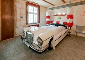 Chambre avec lit décoréen voiture carwash