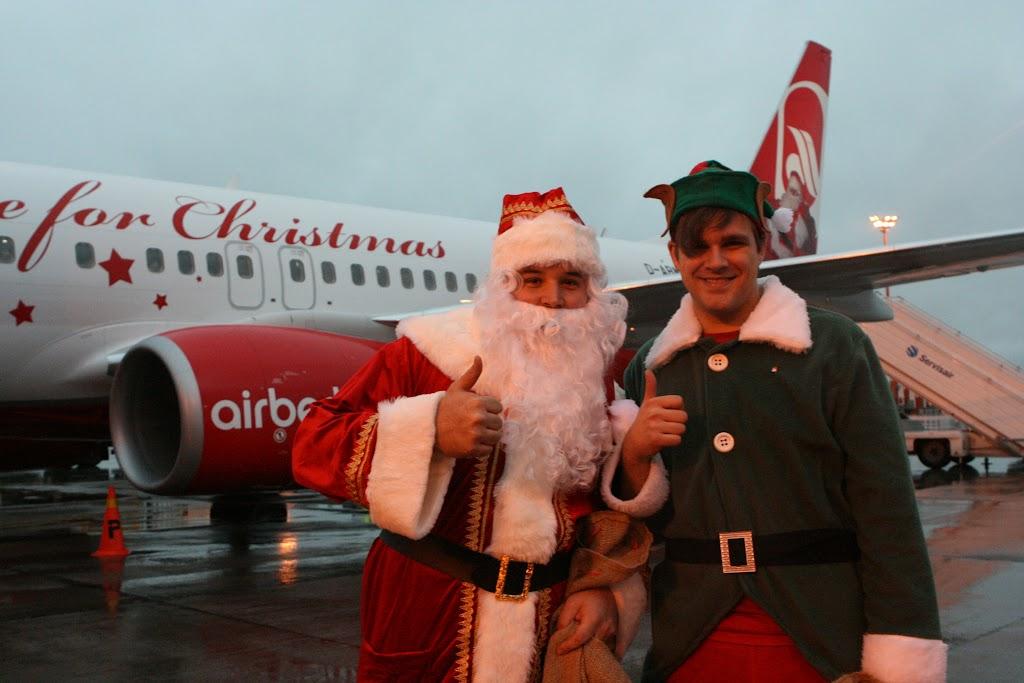 Santa Claus und Weihnachtself begleiten den Erstflug des Weihnachtsfliegers von Helsinki nach Tegel