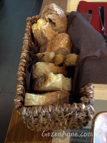 Napoli havaalanındaki mozzarella barda bulunan ekmek sepeti