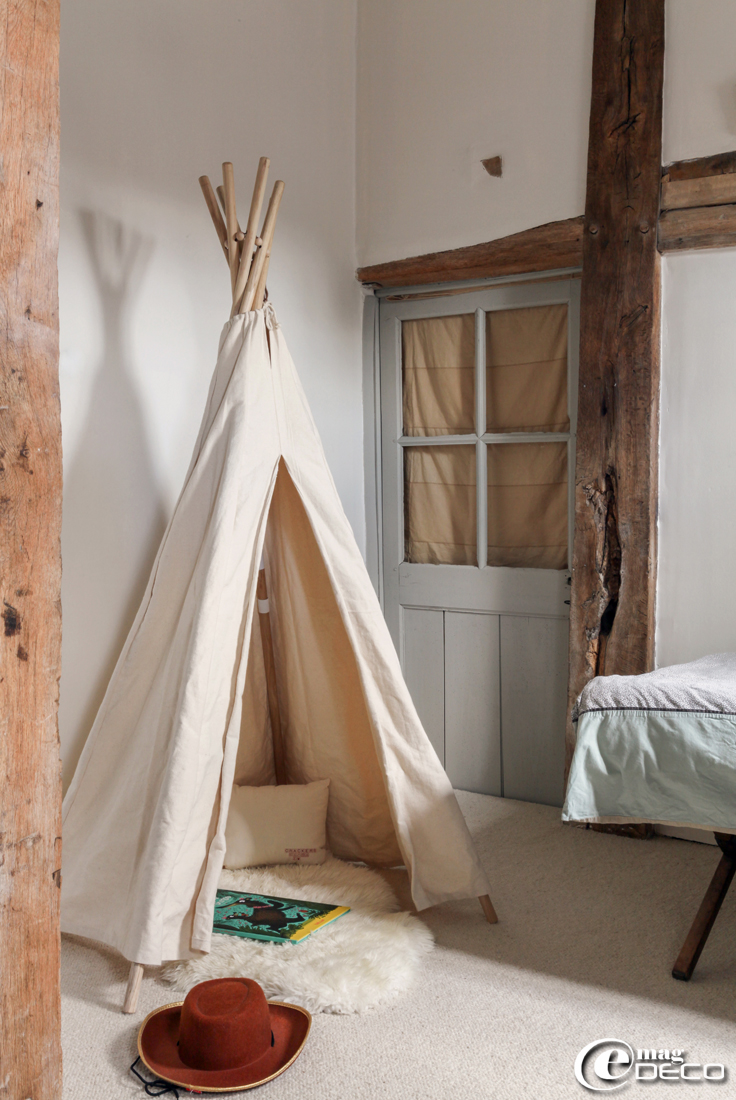 Tipi 'Smallable', tapis peau de mouton 'Ikea'