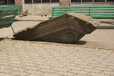 los restos de la sinagoga que se encontraba en el cementerio judia en Varsovia. La sinagoga se la destruyó durante la Segunda Guerra Mundial.