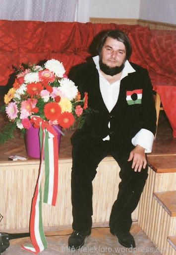 Törzsök Attila ünnepi virágcsokorral egy rendszerváltás utáni 1956-os műsor után