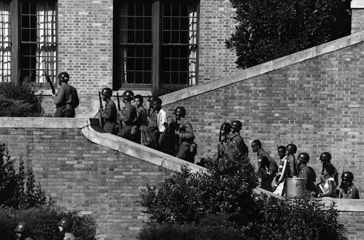 Soldados de la Centésima Primera División de Paracaidistas aseguran el ingreso de jóvenes afrodescendientes al Liceo Central de Little Rock (Arkansas, 1957)