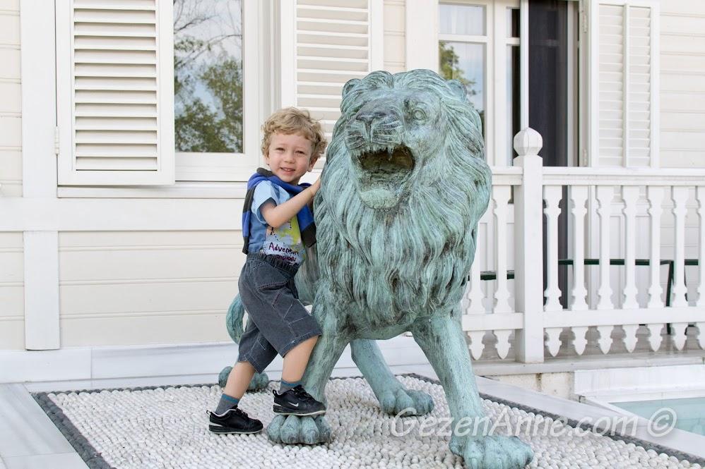 Otel girişindeki aslan, Limak Yalova