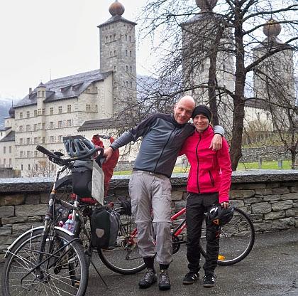 Chris und Anna beim Start vor dem Schloss Stockalper von Brig, Schweiz