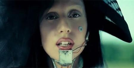 Boca da Lady Gaga, batom claro com contorno escuro
