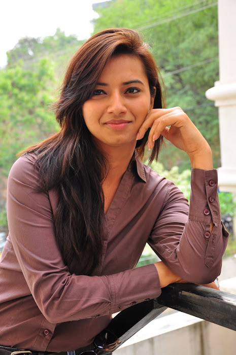isha chawla new in damn tight jeanst-shirt actress pics