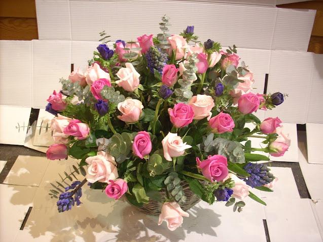 Composición floral con base de rosas blancas y rosas