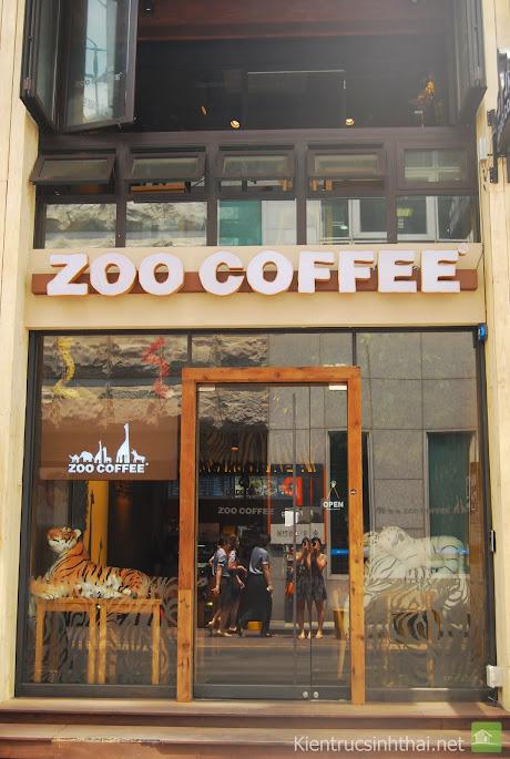Quán cafe hộp này tuy hẹp nhưng lại khá thu hút nhờ có 2 con hổ ẩn hiện sau cánh cửa kính dán decal nghệ thuật.