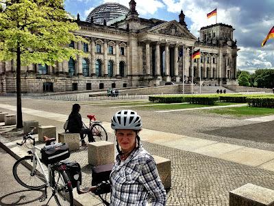 Mit Fahrradhelm am Berliner Reichstag