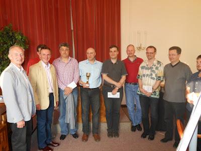 von links nach rechts Werner Reif  (Obmann des Schachvereins Klosterneuburg), Stadtrat Martin Czerny, verdeckt Schiedsrichter Kaweh Kristof, Herbert Dittel (bester 1900 – 2200 ELO), Hartmuth Beck (1.), Razvan Todor (4.), Helmut Kummer (3.), Gerald Hechl (5.), Rene Schwab (6.) und Tomas Mudra (2.)
