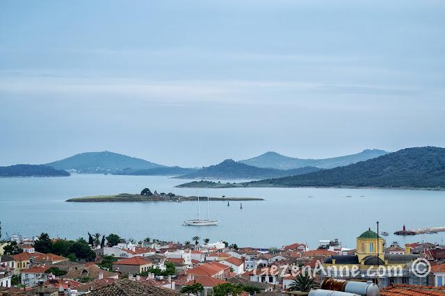 Cunda'da tepedeki Koç Müzesi'nden Cunda ve Tavuk Adası ile Hakkıbey Yarımadası'nın görüntüsü