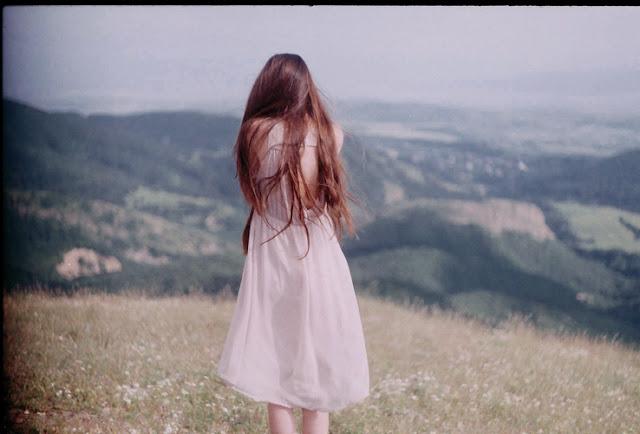 Красивая фотография девушка стоит задом