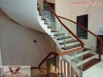 cau thang kinh K006%2B%25284%2529 - Mẫu cầu thang kính tay vịn gỗ đẹp cho biệt thự hiện đại