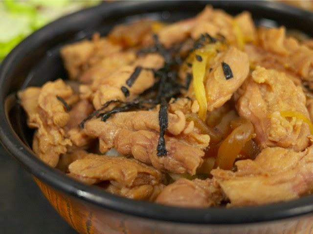 鳥肉、コンニャク、刻み海苔が乗った鳥肉丼