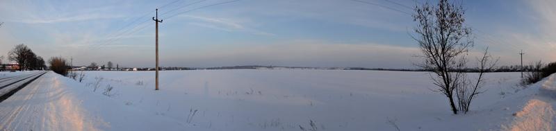 поле поруч з селищем