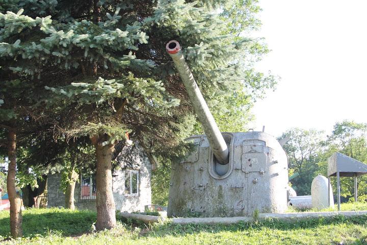 Tuż obok fortu można zobaczyć polową ekspozycję rozmaitych dział i armat