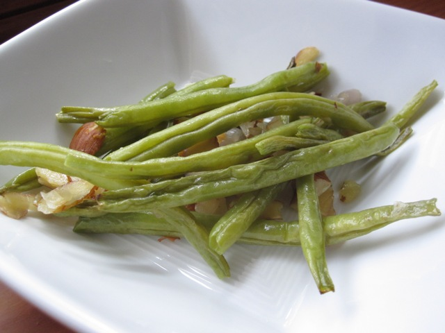 broke foodie: Roasted green beans with shallots and almonds
