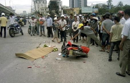 Cô gái tử nạn vì bị cuốn vào gầm xe trộn bê tông.
