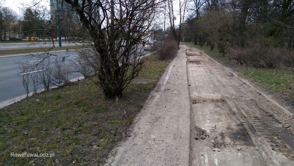 Pozostał jeszcze wąski pas starego asfaltu