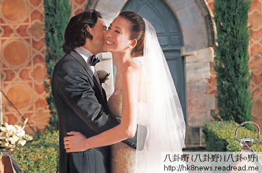 身穿價值五十萬、由設計師 Elie Saab打造的白色婚紗的 Kathy與夫婿 Julien交換戒指,正式成為法定夫妻後,當堂一身鬆曬,不禁眼泛淚光。