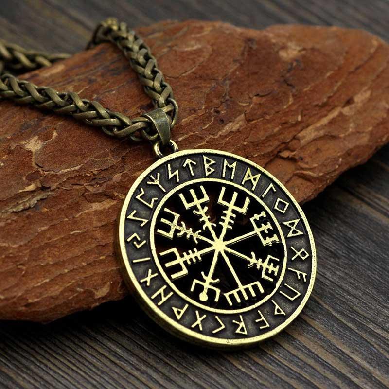 Sử dụng bùa may mắn Money Amulet để thu hút sự thịnh vượng, tài lộc trong kinh doanh.