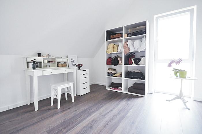 Begehbarer kleiderschrank frau schuhe  Home • Ein etwas anderer begehbarer Kleiderschrank: Mein Schmink ...