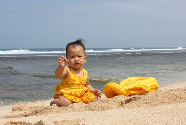 Dedek Diana Main ke Pantai Poktunggal Gunungkidul