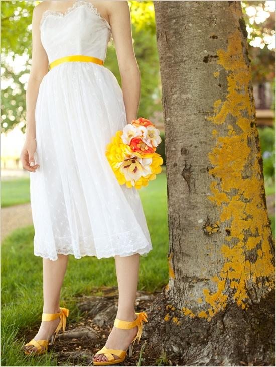 Vestidos de novia con zapatos fucsia