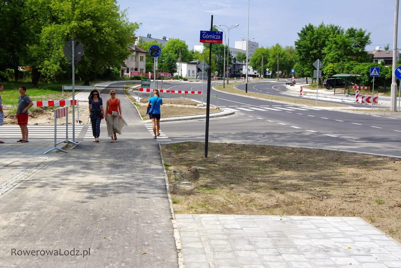 Tu także drogowcy nie ukończyli chodników, a niektóre znaki już odsłonięte.