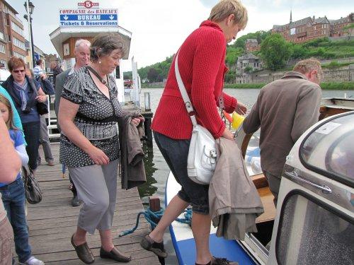 Inschepen voor een tochtje op de Maas.