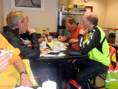 cyclists having breakfast