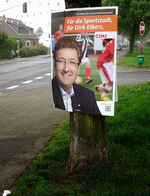 CDU-Wahlplakat am Baum befestigt.