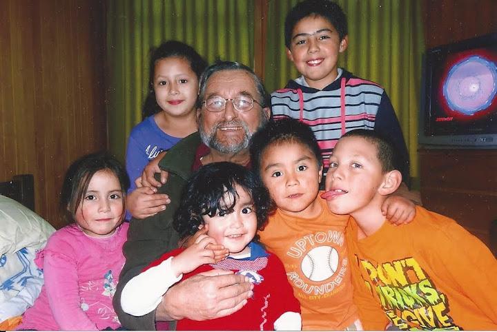 Padre Sergio Teker con alcuni bambini della Casa Famiglia a Chiloè (aprile 2014)
