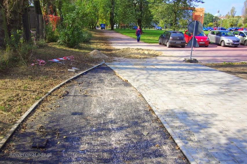 Niestety, tak wygląda zakończenie drogi dla rowerów. Dalej ma powstać ciąg pieszo-rowerowy. Z jakiej nawierzchni?