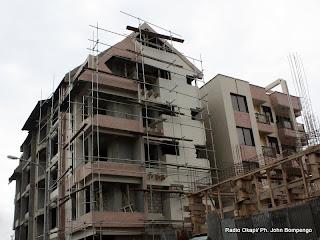 Des immeubles en construction à Kinshasa. Radio Okapi/ Ph. John Bompengo