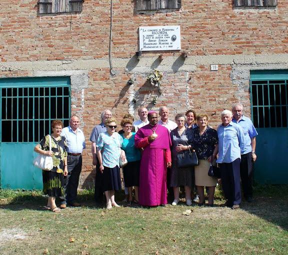 Mons. Raharilamboniaina presso la casa natale di p. Sergio Sorgon