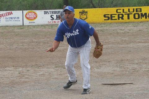 Roel Garza de Barrio de Sonora lanzando en el softbol del Club Sertoma