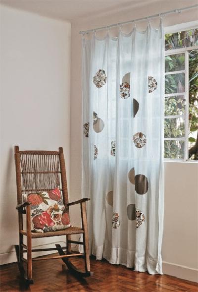 customizando cortinas com retalhos de tecidos colados