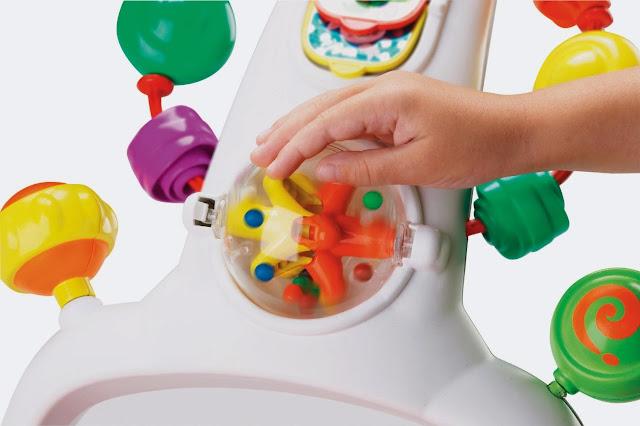Bé yêu của bạn sẽ rất thích thú quay khung bóng lớn với 10 hạt nhỏ đầy màu sắc bên trong