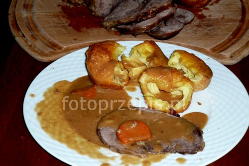 Pieczona szynka z dzika w pysznym sosie pieczeniowym wykwintne trudne swiateczne pieczone obiad europejska dziczyzna danie glowne  przepis foto