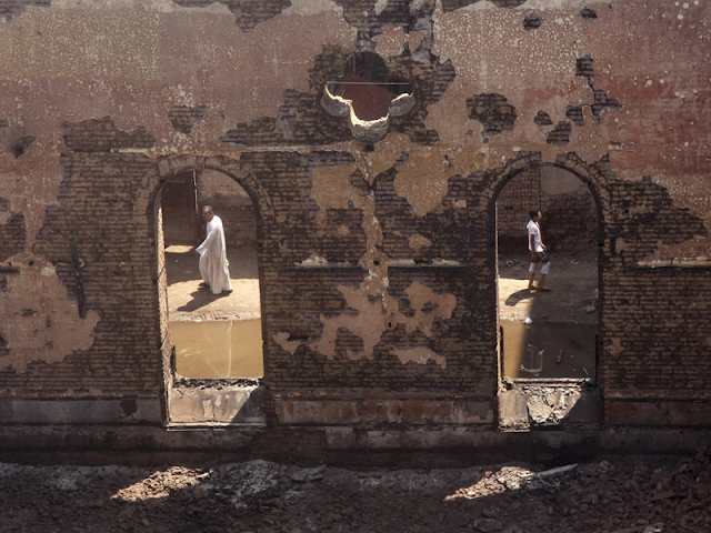 Muro de iglesia quemada en Egipto. A través de dos ventanas destruidas se observa el interior vandalizado