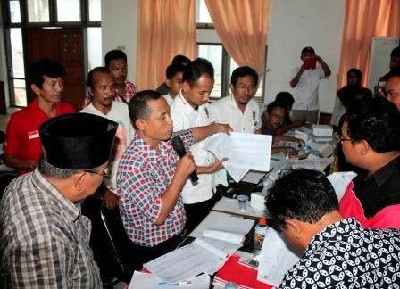 Rekapitulasi suara Pemilu 2014 di KPUD Ngawi diwarnai ketegangan