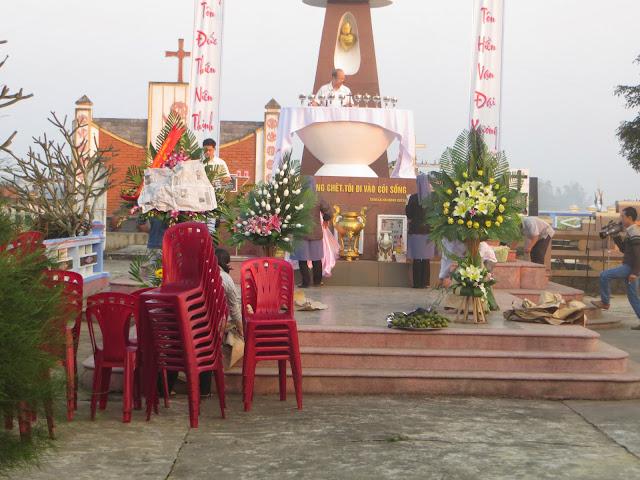 Hình ảnh bà con Giáo dân làm công tác vệ sinh chung quanh làng để chuẩn bị cho Thánh lễ Giổ